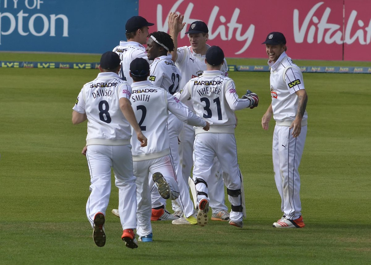 The #greatescape is COMPLETE!!  Incredible - Hampshire have avoided relegation. #LVCC http://t.co/WmNj5w3GHS