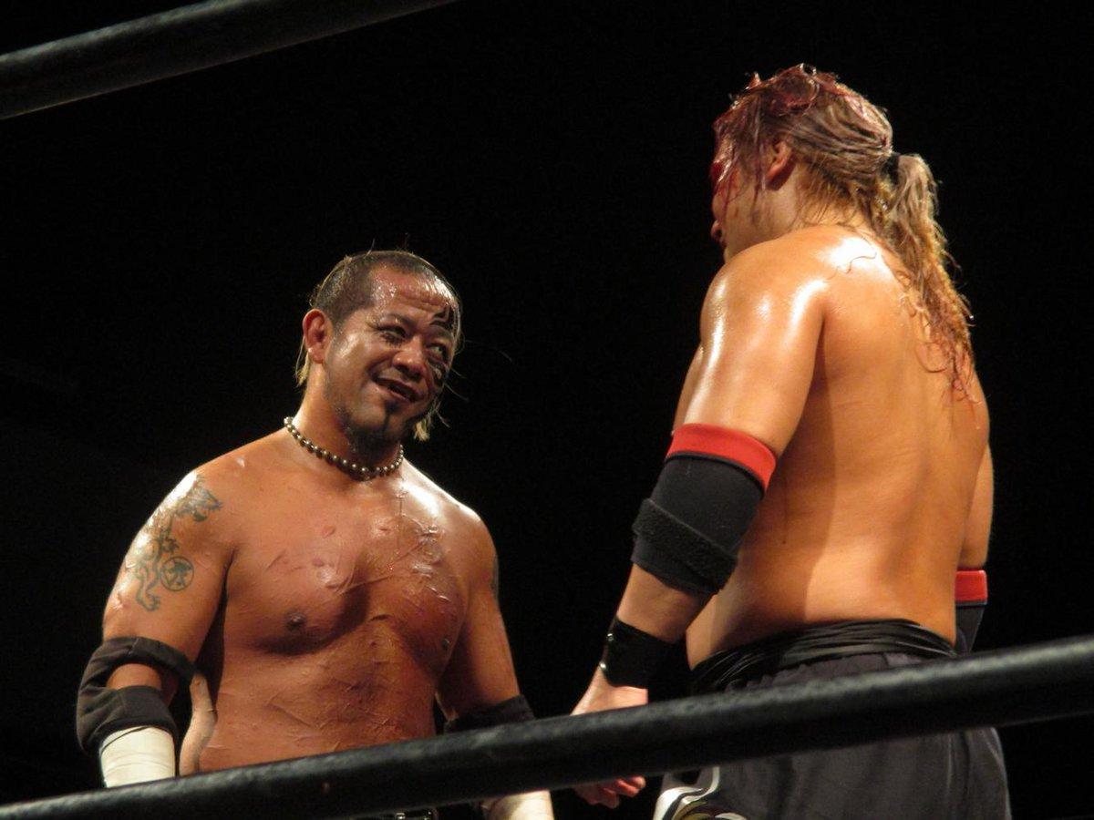 闘うことで認め合う2人 試合終わってリングを出・・た直後に「ありがとな」の笑顔 と、それを受けて  良い笑顔だー #魔界 http://t.co/Jlcm05O8P3