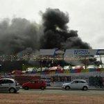 @UnBolasTristes feo incendio automotora de avda italia y propios. Gente en la vereda no deja trabajar a bomberos http://t.co/0we3sbISDA