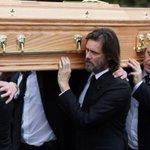Jim Carrey vai à Irlanda para enterro de ex-namorada, encontrada morta no último dia 29. http://t.co/ONma5UO0Id http://t.co/e5XN5OrimU