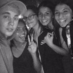 Justin com fãs no Halloween Horror Nights, em Los Angeles - 10 de Outubro. #EMABiggestFansJustinBieber http://t.co/R7U0OV43nc