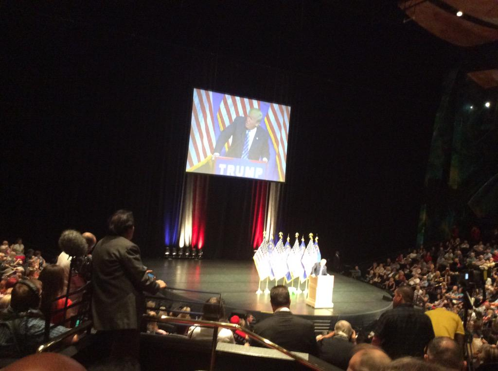 Trump states that McCarthy won't run for speaker. Crowd goes wild! #MakeAmericaGreatAgain http://t.co/pE4GAJspgU