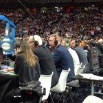 Leyenda viva. Todos en pie que está Don Brian Scalabrine. #NBAMadrid. http://t.co/U4JXTfogn2