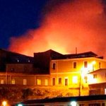 Al menos 100 personas fueron evacuadas en el cerro Artillería, Valparaíso, tras incendio http://t.co/JfO1ntI3BE http://t.co/ewxX3gP9uh