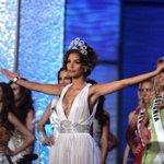 nunca se olvida el back to back de dayana entrangole la corona de mis universo a stephany #MissVenezuela http://t.co/aKxQYnGFzI