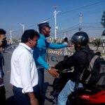 काठमाण्डू तीनकुनेमा प्रहरीले सिङ्गल मोटरसाइकल रोकर अलपत्र यात्रूलाई गन्तब्यमा पुग्न सघाएको छ। सलाम छ सहयोगी प्रहरी! http://t.co/peMd3Bu6Kb