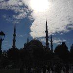 "Bir tarafta Sultan Ahmet Camii Diğer tarafta ""Garip"" Ayasofya Camii...maneviyat dolu tarih dolu http://t.co/jeuTQTfffC"