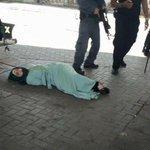 إصابة فتاة فلسطينية بزعم محاولتها تنفيذ عملية طعن ،تركت تنزف ثم اعتقلوها وتعاملوا معها بشكل مهين! #الانتفاضه_انطلقت http://t.co/7LkwzH66sc