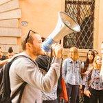 Davanti alla sede dell#ESU chiediamo #reddito e diritto allo studio contro il nuovo #isee e i tagli #9o http://t.co/otrCBlzVSV