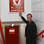Jürgen Klopp touche le panneau This is Anfield pour la première fois en tant que manager du #LFC http://t.co/W0gdTgZ2fE #KloppLFC