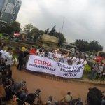 Sore ini @GeishaIndonesia turun ke jalan untuk mengingatkan kita untuk membantu korban bencana asap #MelawanAsap http://t.co/D9TaWrj7R1