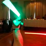 "#VIDEO Se casaron y en lugar de baile ""pelean"" con sables de Star Wars http://t.co/qgRjOhrFSm http://t.co/u9PrGrrFxl"