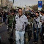 لن تجدوا ثائر فلسطيني يعتقل وإلا الابتسامة تخيم علی وجه،يعلن فيها انتصاره علی المحتل،هؤلاء هم الابطال #فلسطين_تنتفض http://t.co/UkdYoCYHk5