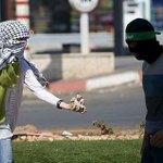 #صورة | فتاة فلسطينية تقدم الحجارة لشباب منتفضين ب #الضفة #انتفاضه_القدس #فلسطين_تنتفض #الانتفاضه_انطلقت #الانتفاضة http://t.co/pnTqCt0hVR