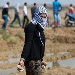فتاة فلسطينية خلال مشاركتها بالمواجهات شرق حي الشجاعية بمدينة #غزة قبل قليل. عدسة | ياسر قديح #الانتفاضة_انطلقت http://t.co/0grq0F2yuJ