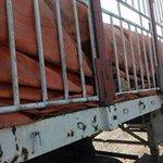 القاء القبض على أربع قاطرات محملة بالأسلحة قادمة من المهرة يعتقد أنها متوجة للحوثيين في صنعاء http://t.co/XOvedhviiO