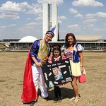 Com o dólar alto, família protesta em Brasília por ter ida a Disney adiada http://t.co/IUHVdELT4m http://t.co/tqxNfDhCGc