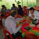 """Se nos hizo un poco tarde, pero ya estamos almorzando un taco en """"Los Casitos"""". http://t.co/5JYvMc9G9O"""