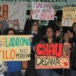 Pese al clima, alumnos marchan exigiendo renuncia de la decana de Filosofía http://t.co/33Z3CKrcRa http://t.co/38GLRZjmax