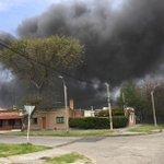 Gran incendio en automotora de Avenida Italia y Propios. Se escuchan explosiones. Ampliaremos. http://t.co/f17C1I6A16