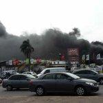 Incendio y explosiones en Avenida Italia y Propios. Bomberos desaloja a vecinos. http://t.co/FCLHGavyt3 http://t.co/g8AlWjPsin