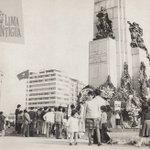 Asi se veia la Plaza Grau el 8 de Octubre con motivo del Combate de Angamos. Arreglos florales, adultos con sus hijos http://t.co/lp3kyHCjvG