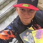 @Fedez uno di noi!! grandissimo firmacopie #CosoDipinto e anche cappellino autografato! ???????????????? MITICO!! http://t.co/r8wjNP2Zle