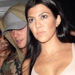 VÍDEO e FOTO: Justin e Kourtney Kardashian no Horror Nights: http://t.co/s0A4y9xdOI #EMABiggestFansJustinBieber http://t.co/gg8ZuTWwoR