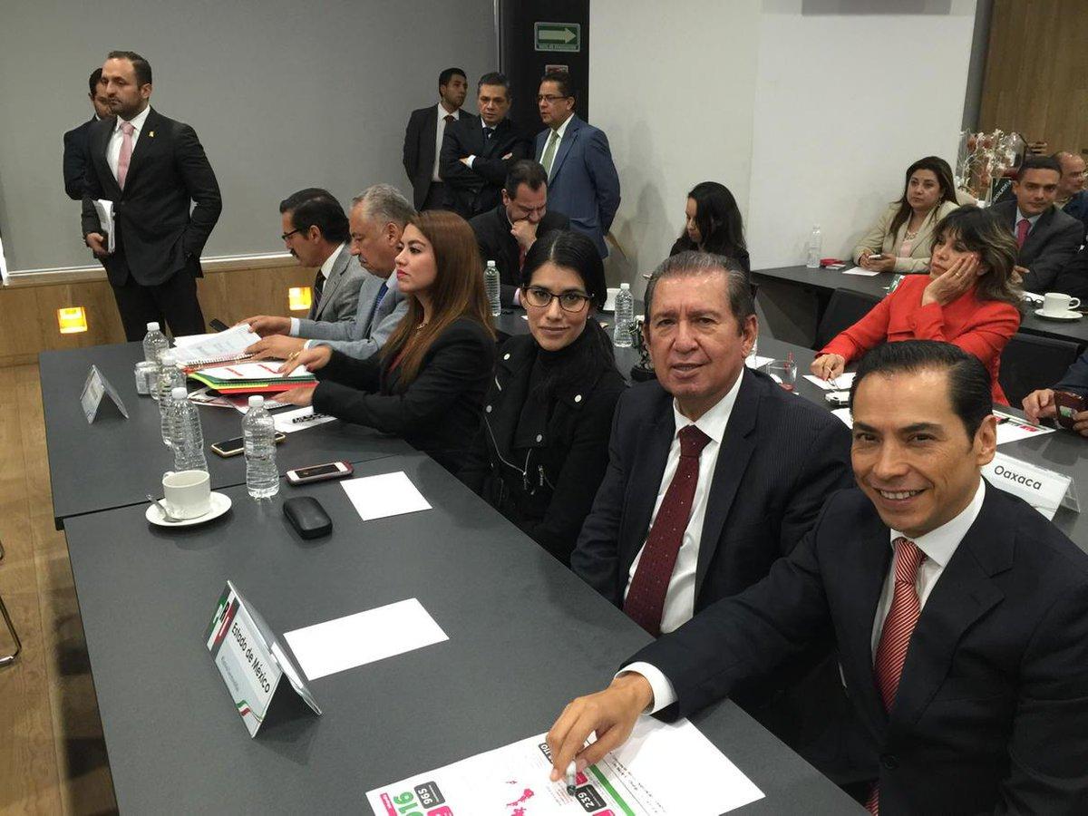 En reunión de trabajo en el CEN del PRI PRESIDIDA POR EL @MFBeltrones y @CarolinaMonroy_  @eruviel_avila http://t.co/ZOflmH0S0m