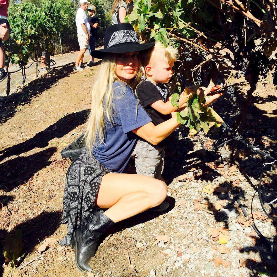 RT @FergieFootwear: 9/26 @Fergie fashionably ready 4 @FergusonCrest #grapeharvest in WISTFUL #boots.???? #blackboots http://t.co/hFQT90zRrR ht…