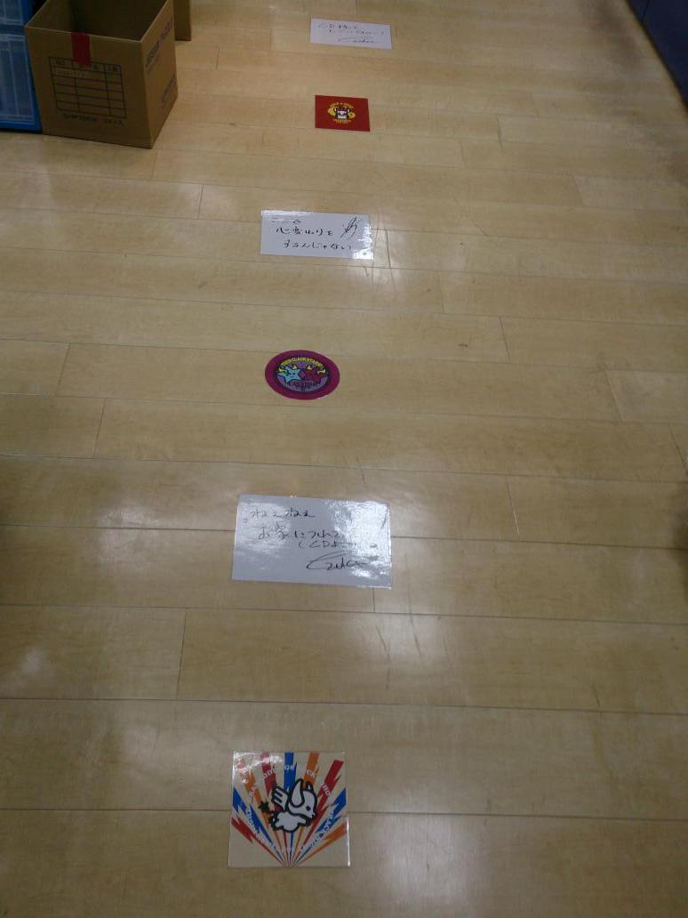 渋谷アニメイト、床にGRからのメッセージが書いてあって追いかけていくとCDコーナーに着くようになってて面白い。 http://t.co/abUbGrv0F0