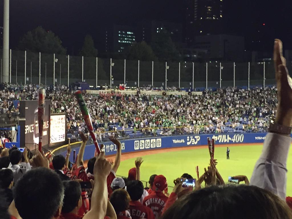 今季最後の神宮でのカープ戦。 毎年のエール交換!!  ヤクルト「阪神倒して待ってるよ!!」  #carp http://t.co/rrufjh5vmi