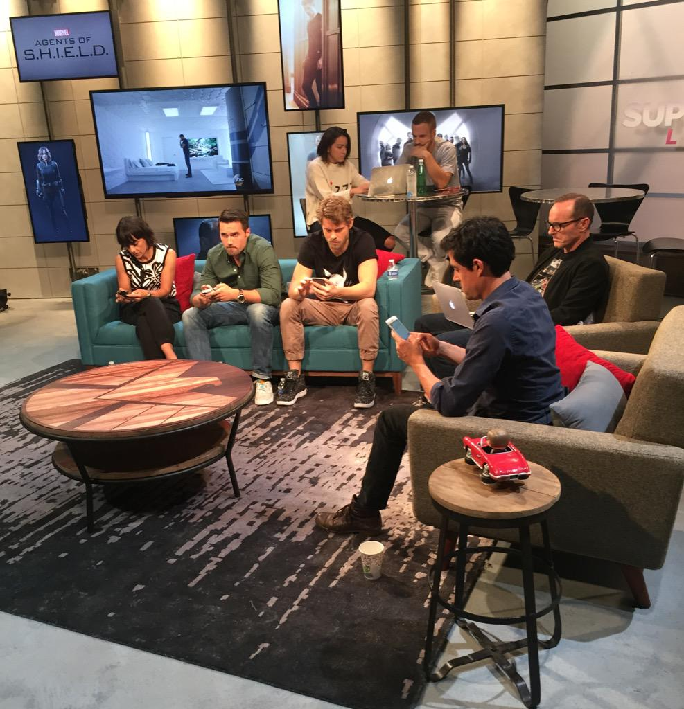 The cast of @AgentsofSHIELD hard at work tweeting the show #AgentsofSHIELD #YahooSuperFan http://t.co/jcB8kPa5BF