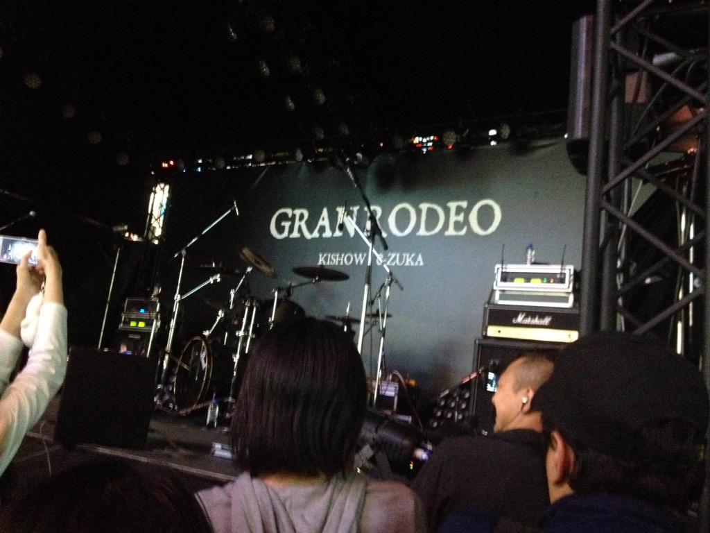 幕が降りて、GRANRODEOのロゴが。一斉に鳴り響くシャッター音。ぽつりと聞こえる「記者会見みたい……」  ワイ「結婚会k http://t.co/vOWd6y0B5w
