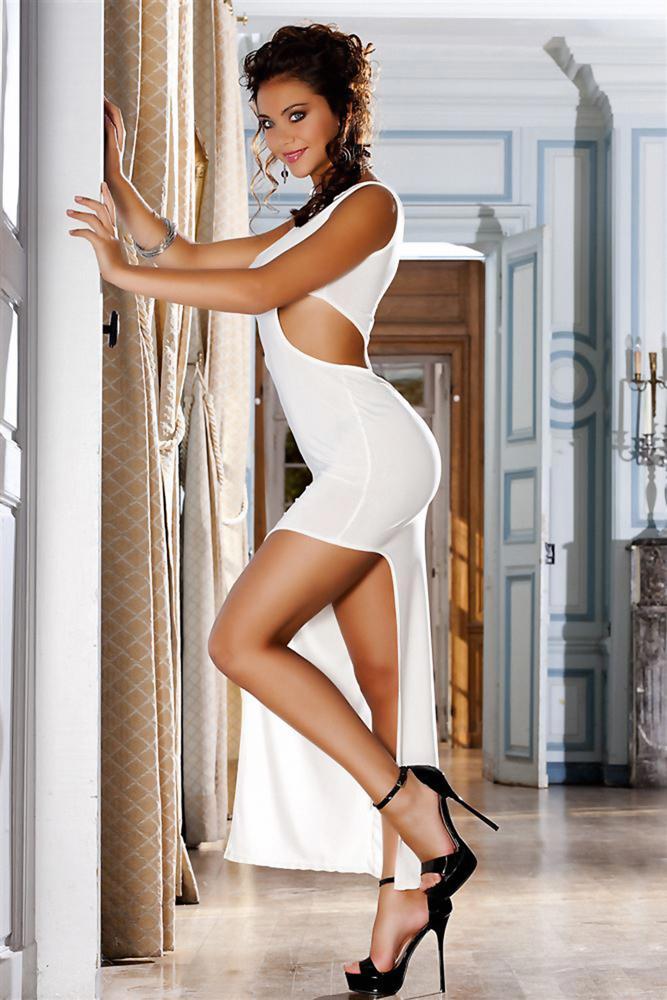 Красивая девушка на высоких каблуках