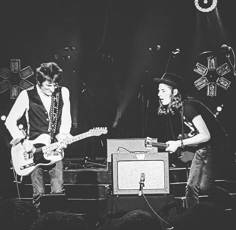 What an honour to share the stage tonight with a huge hero of mine. The one and only Mr @ronniewood 🎸🎸🎸 xx http://t.co/UXT769ogt4