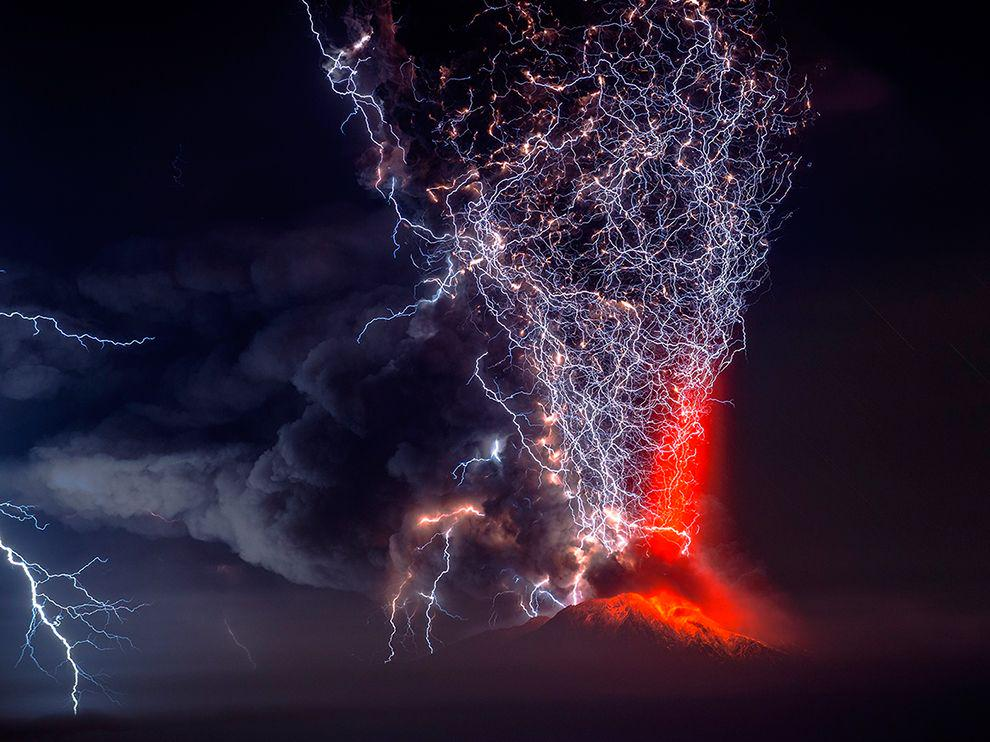 Volcanically induced lightning is AMAZING.  http://t.co/pBUjEzqEGd http://t.co/RQymU6GHBm
