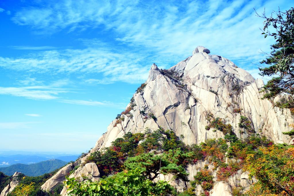 어제 북한산 모습 입니다. 단풍이 위에서부터 조금씩 물들어 가고 있네요. http://t.co/gcP9F86Mhz