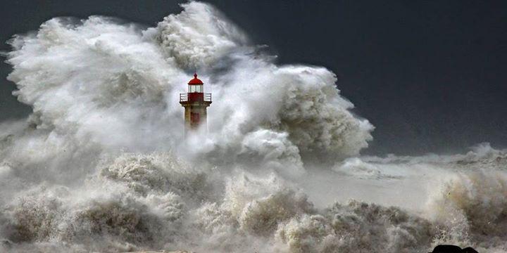 No hay nada tan fotogénico como un faro, y todavía más si hay temporal http://t.co/WA1DLhyiDC