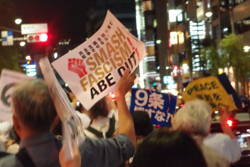 銀座の街を進むデモ. 「野党は共闘」のコール. ほんと、野党の皆さん、たのんますよ? http://t.co/9CrOJSvcXA
