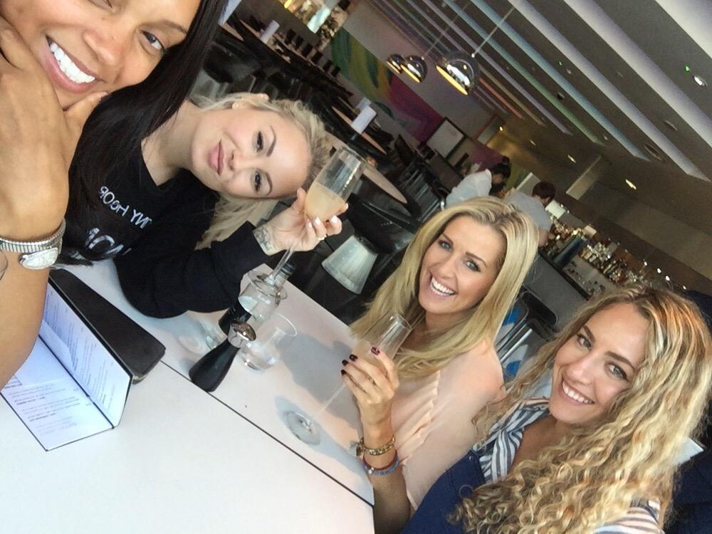 Lovely little lunch in @HN_Manchester with the birthday girl @Carla_Kompany, @jessica_lawlor @myaelgarice #nicetips!😝 http://t.co/7oD60HJxQI