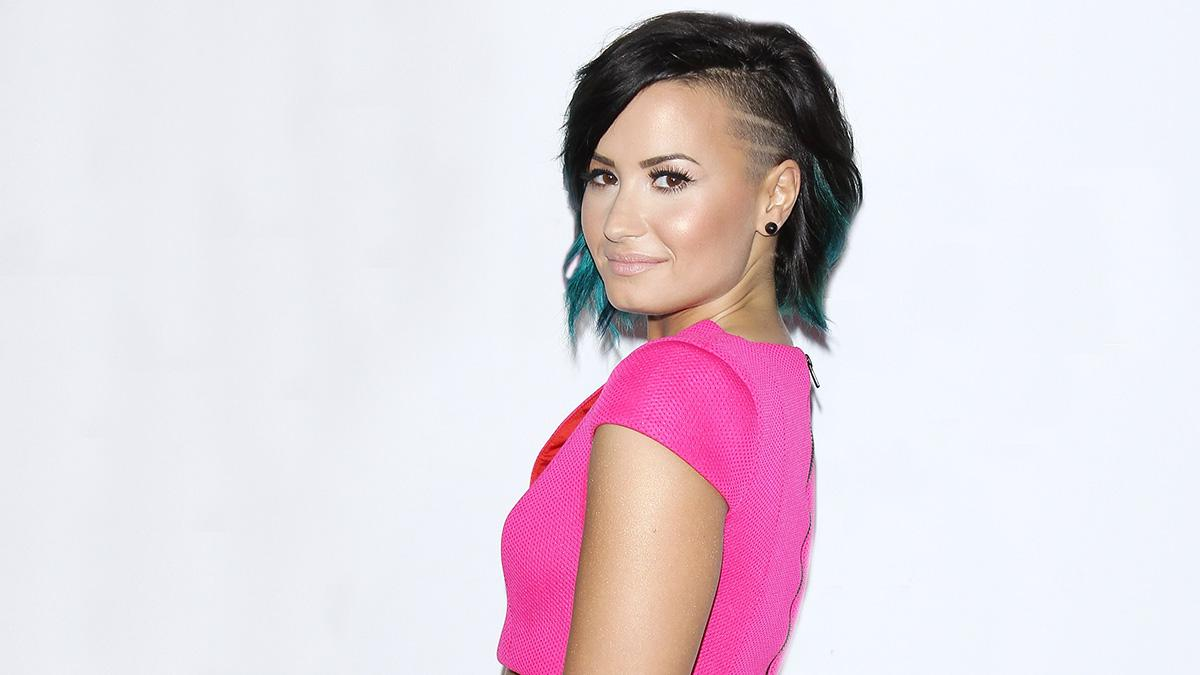 UM. @ddlovato's new photo shoot is unretouched, makeup-free, nude, & totally gorgeous:  http://t.co/9IGtJ94qsO http://t.co/MQr6FHzl8y