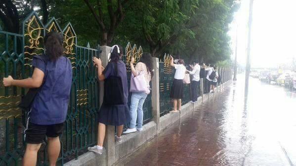 [12.08 น.,3 ต.ค.] เมื่อน้ำท่วม ม.เกษตรฯ นักศึกษาเลยต้องงัดวิชานินจามาใช้ http://t.co/UzRfjOnJzs #thaiflood http://t.co/2VPW95wsGa