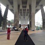 Cool gila kahwin bawah jambatan macam ni! #OnlyInSingapore http://t.co/jarrJ1ijbi