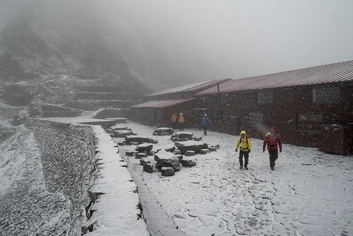 寒冷前線の影響で、稜線は「みぞれ混じりの雪」となり、大変冷え込んでいます。 穂高岳山荘スタッフ宮田のブログをシェアいたします。 ぼちぼちいこか - 寒冷前線 http://t.co/YUlZSVCFYt http://t.co/YxqeEPLKpz