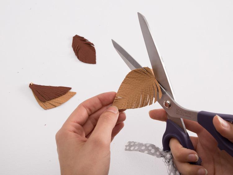 Tutoriale DIY: Cómo hacer un colgante otoñal de cuero vía DaWanda.com