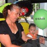 """""""Qué alegría que nos reciban así en SITRAMSS"""" expresó una madre en celebración día del niño. http://t.co/jYVYLLVqmW http://t.co/EdabPbHJ4e"""