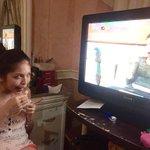 YUNG FEELING NA PINAPANOOD NI @mainedcm ANG SARILI NYA SA TV! :D NAKAKGOODVIBES TALAGA! #ALDUBSwitch http://t.co/JO54LKXWTw