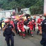 Bomberos Municipales extraen otra víctima de la #TragediaElCambray Labores se reanudan. Vía: @soy_502. http://t.co/b6oS6oVBpD