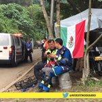 Un grupo de socorristas mexicanos que apoyan tras la #TragediaElCambray toma un descanso. http://t.co/f305hLtmOO